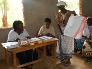 flouridah-distributing-gunny-bags-to-the-women