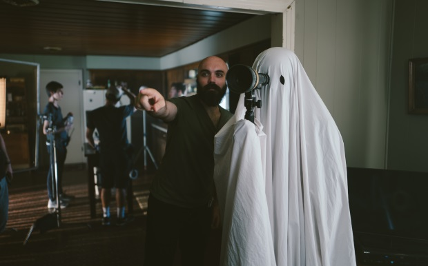 director_david_lowery_and_casey_affleck_as_c._photo_credit_bret_curry._courtesy_of_a24