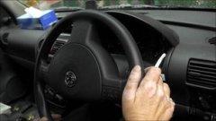 Persona fumando dentro del auto