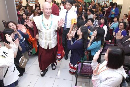 圖為弟子恭迎師佛蒞臨台灣雷藏寺
