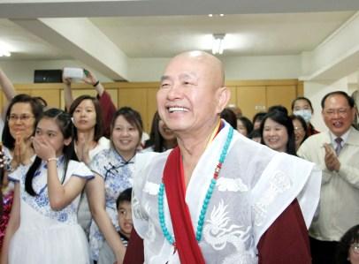 圖為師尊觀賞善信佛子的表演。