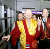 圖為師尊在台灣桃園機場留影