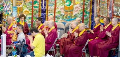 圖為坐於大殿龍邊護持的上師團。