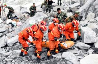 四川茂縣山崩滅村 搜救人員在石堆中尋找生還者