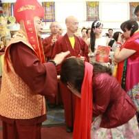 2017年7月2日下午,美國西雅圖彩虹雷藏寺恭請蓮生法王盧勝彥主壇「愛染明王護摩大法會」,貴賓雲集。圖為師尊加持主祈人。