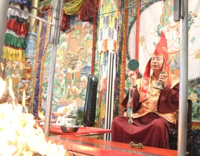2017年7月2日下午,美國西雅圖彩虹雷藏寺恭請蓮生法王盧勝彥主壇「愛染明王護摩大法會」,貴賓雲集。圖為師尊手搖金剛鈴鼓做迴向。