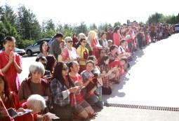 2017年7月2日下午,美國西雅圖彩虹雷藏寺恭請蓮生法王盧勝彥主壇「愛染明王護摩大法會」,貴賓雲集。圖為善信同門排隊求加持。