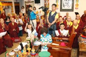 2017年5月6日下午,蓮生法王盧勝彥佛駕台灣中壢法舟堂,主持開光安座儀式,賜授真佛傳承和還凈灌頂,並賜墨寶。圖為四眾弟子請佛住世。