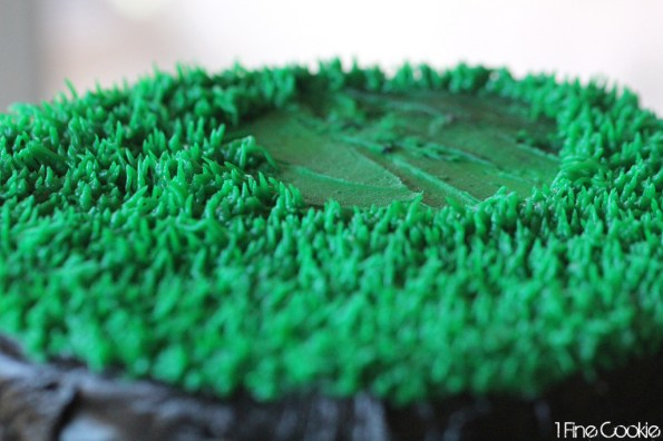 how to pipe grass frosting, football, cake, frosting, gameplay, game, cake, field, grass, green, black, white, cake, candy, frosting, covered, decorated, easy, superbowl, 2014, 2015, cupcake, beginners, piping, x, o, x's, o's, sixlets, gumballs,