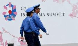 Сотрудники службы безопасности возле медиа-центра в преддверии саммита G7 в Японии