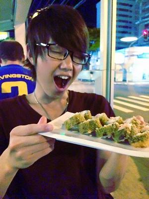 スタッフプロフィール|すーさん(ブラジルにて「寿司フライ」なるものを食す様子)