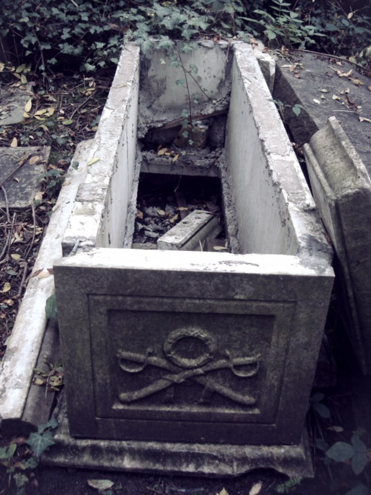 Highgate cemetery had fallen into disrepair by the 1970s (credit: Panhard/wiki)