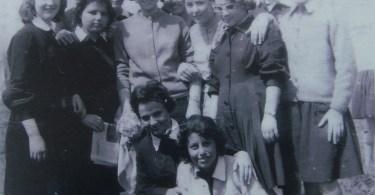 1963 Eλένη Βαρμάζη: Από έναν περίπατο...με την πολυαγαπημένη μας καθηγήτρια των Γαλλικών Λένα Σταμούλη.Είμαι κι εγώ σ'αυτήν τη φωτό..μας έβγαλε κάποια συμμαθήτρια με τη φωτογραφική μηχανή μου....