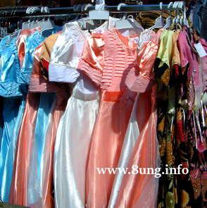Mädchenkleider an der Stange