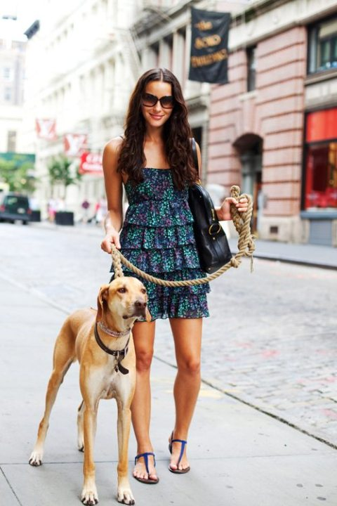 Look de verano con sandalias planas y vestido colorido con vuelos o capas...