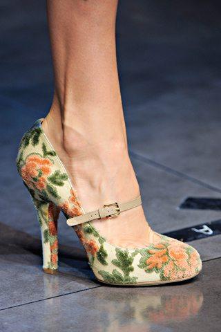 Zapatos y bolsos estampados