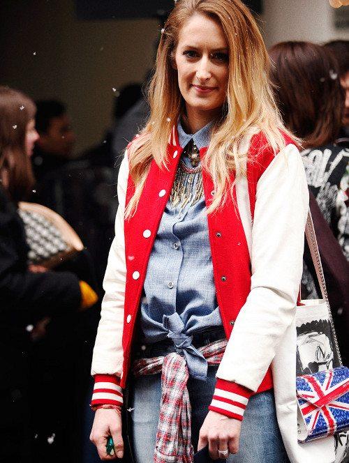 estilo ecléctico con chaqueta deportiva, denim y collar elegante