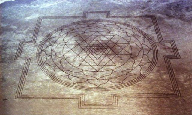 13 Mile Long Crop Circle-like Formation Found In Oregon Sri-Yantra-on-desert