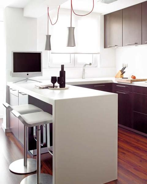Peque as cocinas distribuidas en l con barra de desayunos - Cocinas pequenas en l ...