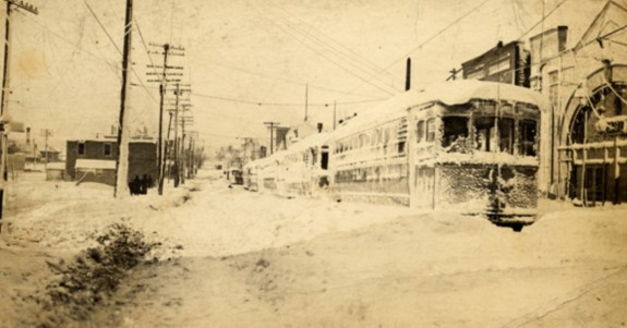 Cleveland_streetcar_after_blizzard_of_1913