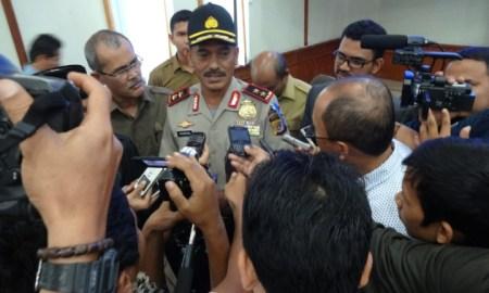 Kapolda Aceh Irjen Husein Hamidi melayani wawancara wartawan usai pertemuan dengan Komisi I DPRA, Rabu (1/4/2015). | FOTO: Radzie/ACEHKITA.COM