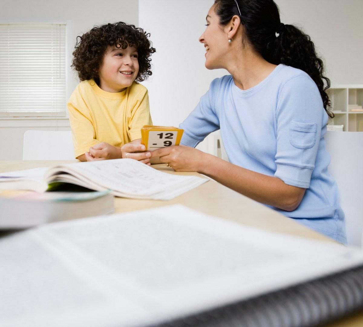 son-helping-mother-onlayn