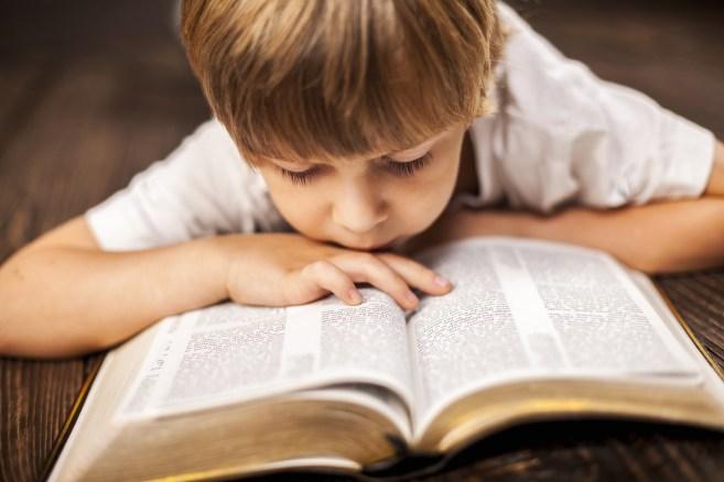 bijbel bijbellezen stock