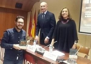 Jesús Méndez, socio de la AECC, recibió el premio Asebio en la categoría prensa escrita de manos de Carmen Vela. Foto: Twiiter AECC