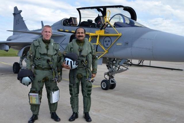 Comandante Forca Aerea Indiana Arup Raha voou Gripen na Suecia - foto Forcas Armadas da Suecia via Financial Express