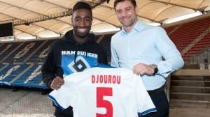 v.l. Johan Djourou, Sportdirektor Oliver Kreuzer Fussball Hamburger SV