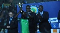 le_pdt_de_la_Caf_Issa_Hayathou_qui_remet_le_trophée_au_ca pitaine_Nigeria_U_20