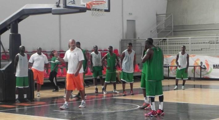 Hugues Occansey avec les elephants basketteurs