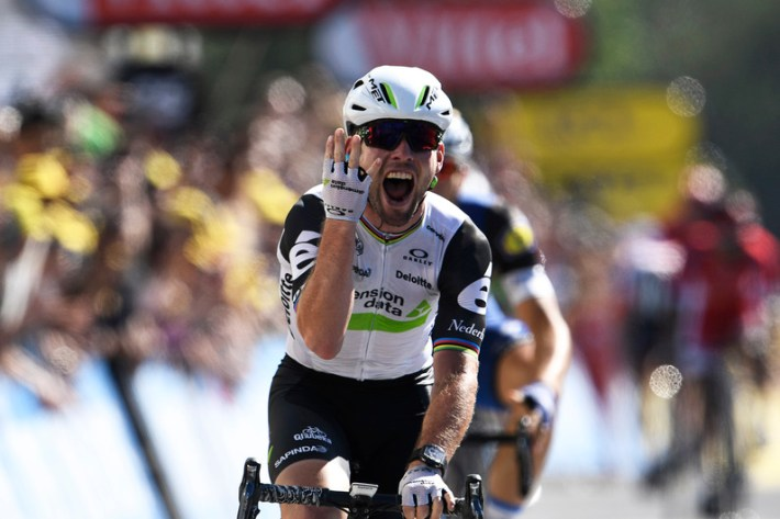 Great Britain's Mark Cavendish celebrates as he crosses the finish line during the 208,5 km fourteenth stage of the 103rd edition of the Tour de France cycling race on July 16, 2016 between Montelimar and Villars-les-Dombes Parc des Oiseaux. / AFP PHOTO / LIONEL BONAVENTURE