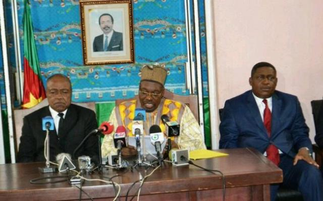 Les ministres camerounais des sports (à gauche) etd e la communication (à droite)