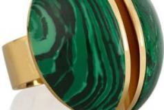 خاتم باللون الذهبي مرصع بالحجر الأخضر من كلوي Chloe.