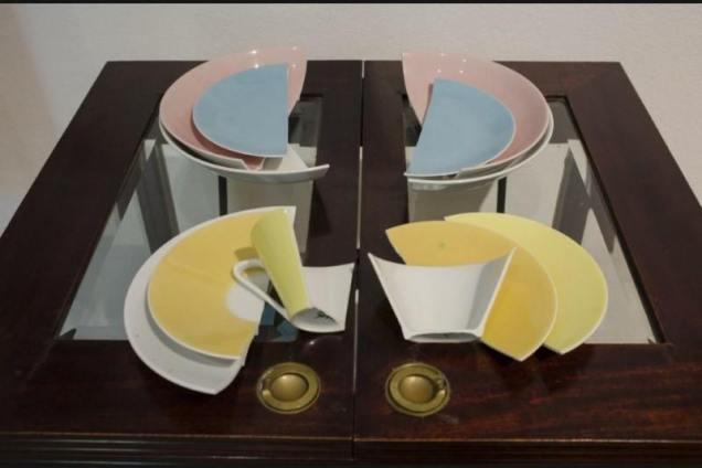 صحون مكسر وفنجان يمكن تركيبها في حال تم اغلاق الطاولة