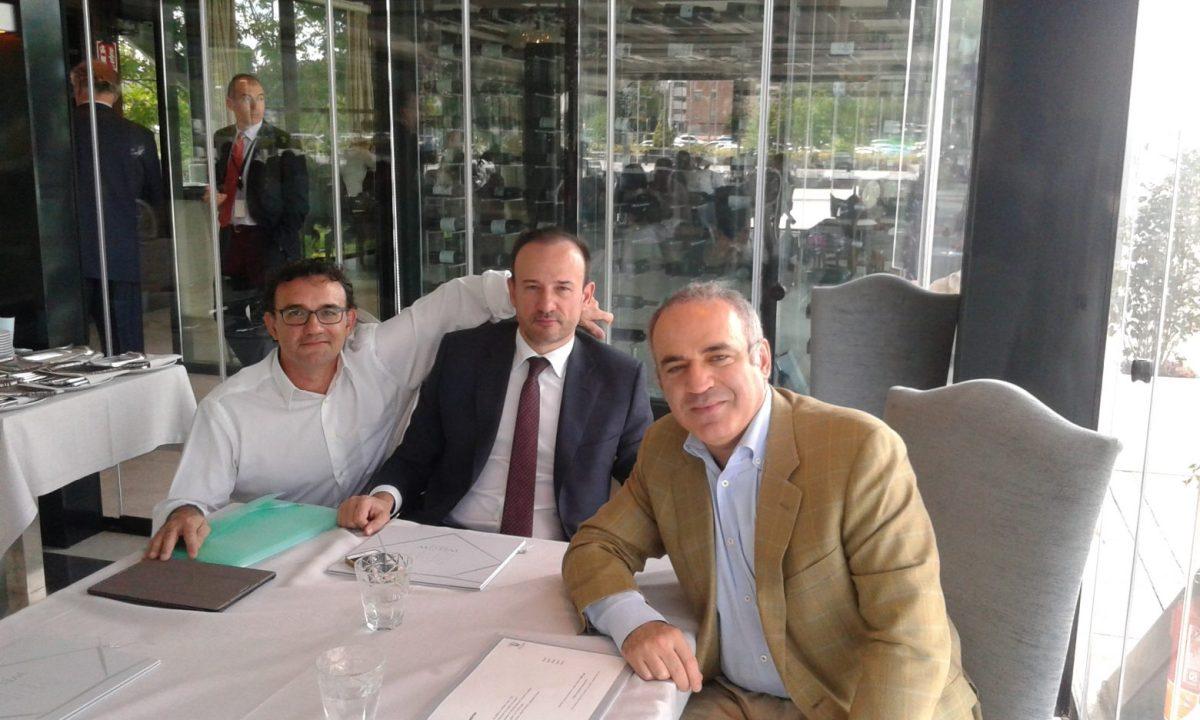 Garry Kasparov con Gabriel y Jaime F. Bobadilla en Madrid hablando del Ajedrez Neoclásico