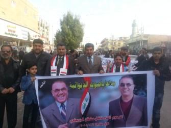 فادي مع متظاهرون يرفعون صورة فاضل سلطان في الديوانية