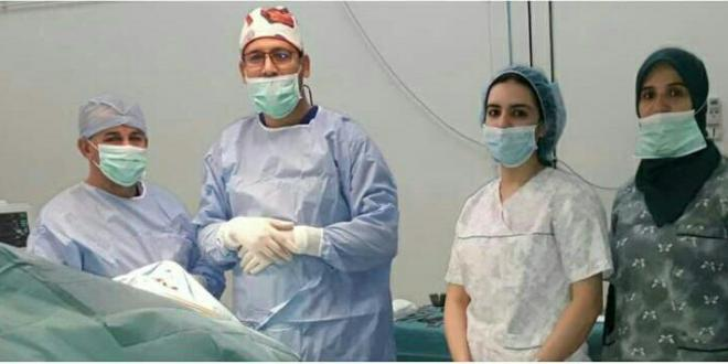 الدكتور رشيد الانصاري يجري عملية جراحية تعد هي الاولى من نوعها بجهة كليميم واد نون لعين مريضة.