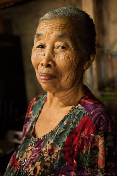 AlanStockPhotography-Bali-market-portrait-woman-old-stall-asian-smiling-01