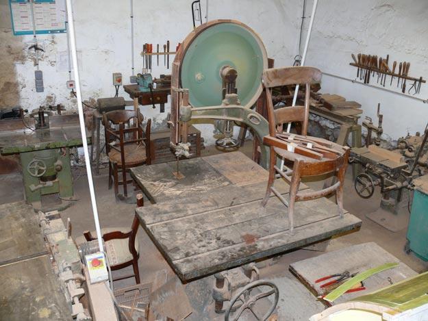 Un atelier de restauration de meubles anciens dans la plus grande tradition. Albert Antiquité Auch Gers