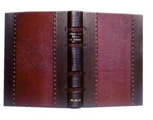 MS OR 68 – Manoscritto islamico, faximile Dorso cuoio goffrato nero  e cuciture a vista, piatti in cuoio bordeaux goffrato, listelli di cuoio nero traforato e bande di legno a listelli verticali