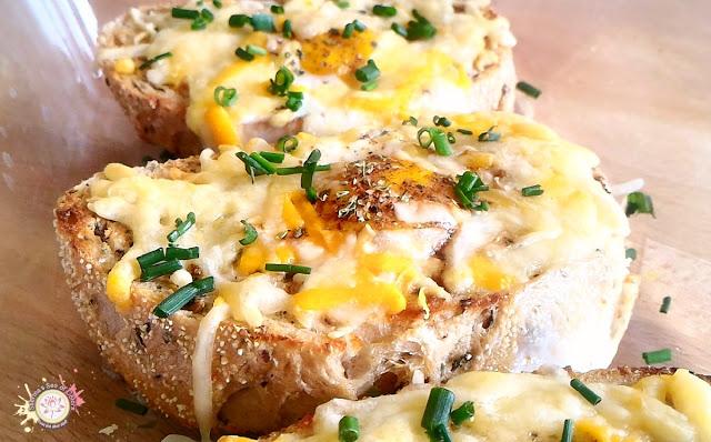 Pan con huevo y queso al horno