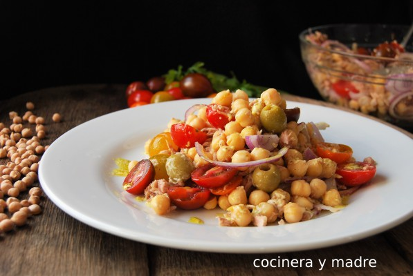 Ensalada de garbanzos con atún y tomates