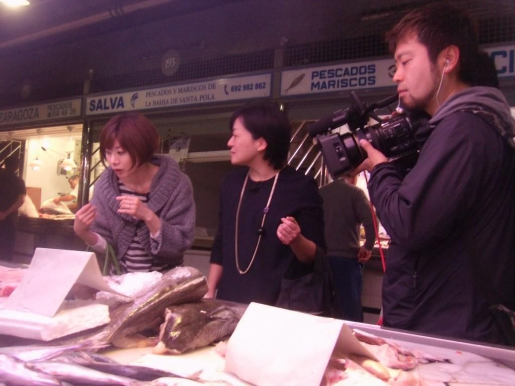 Grabación en el Mercado Central del programa 'Japoneses por el Mundo' que ha localizado a una diseñadora de zapatos que vive en Alicante.