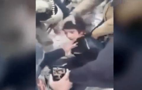 طفل عراقي تم اقتله من قبل قوات الجيش على انه قناص يعمل مع داعش