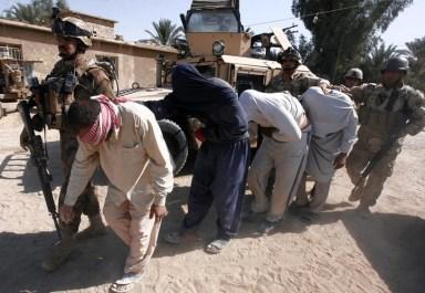 جنود الجيش العراقي يعاملون المواطنين بطريقة مهينة