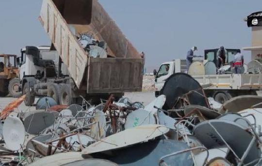 اطباق التقاط فضائي تقوم داعش باتلافها بعد جمعها بالقوة من المواطنين