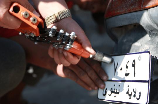 احد عناصر داعش يثبت لوحة برقم ولاية نينوى