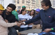 Big B spreads warmth in the Delhi winter with 'Aaj Ki Raat Hai Zindagi' heroes